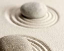 תמונת טפט אבנים לבנות על חול