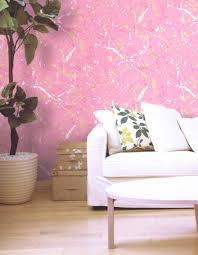 טפט לקיר קשקושי צבע ברקע ורוד