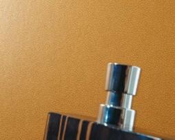 טפט לקיר דמוי עור בגוון חום דבש