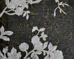 טפט לקיר פרחים כסופים ברקע ווש זהוב שחור מוזהב