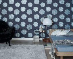 טפטים לחדר שינה, טפט מעוצב לסלון ברקע כחול עם פרחים בצבע כסף